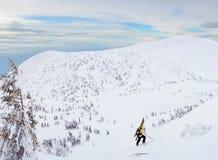 Sciatore di visita alpino che fa un'escursione in montagne di inverno Immagine Stock Libera da Diritti