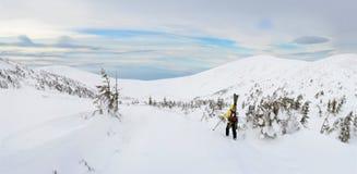 Sciatore di visita alpino che fa un'escursione in montagne di inverno Fotografia Stock Libera da Diritti