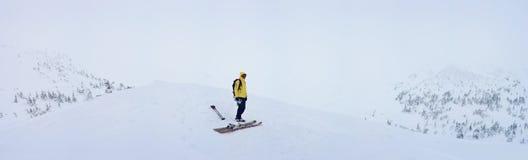 Sciatore di visita alpino in montagna di inverno Immagini Stock