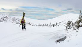 Sciatore di visita alpino in montagna di inverno Fotografia Stock