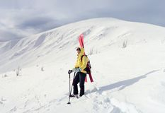 Sciatore di visita alpino in montagna di inverno Fotografie Stock Libere da Diritti