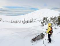 Sciatore di visita alpino in montagna di inverno Fotografia Stock Libera da Diritti