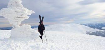 Sciatore di visita alpino in montagne di inverno Fotografie Stock