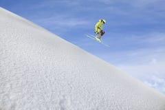 Sciatore di volo sulle montagne Sport invernali estremi Fotografia Stock