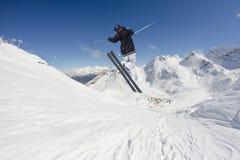 Sciatore di volo sulle montagne Sport invernali estremi Fotografie Stock
