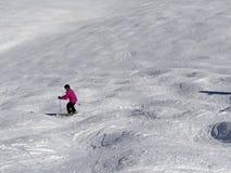 Sciatore in discesa nell'alta area alpina dello sci Fotografie Stock