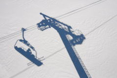 Sciatore e uno ski-lift Fotografia Stock