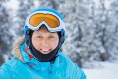 Sciatore femminile in alpi, Europa Immagini Stock Libere da Diritti