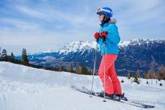Sciatore femminile in alpi, Europa Fotografie Stock