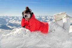 Sciatore femminile in cima alle alpi europee Immagini Stock