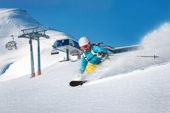 Sciatore femminile di freeride nelle montagne Fotografia Stock