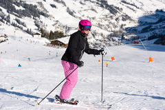 Sciatore femminile nell'area dello sci Immagine Stock