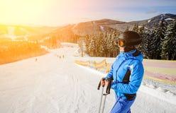 Sciatore femminile sul mezzo del pendio dello sci contro lo ski-lift fotografia stock libera da diritti