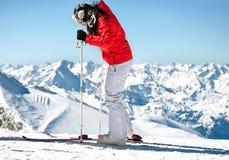 Sciatore femminile sul pendio del pattino in alpi europee Fotografia Stock