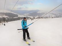 Sciatore fra le parti superiori della neve Immagine Stock