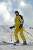 Sciatore giallo della montagna Fotografia Stock