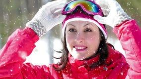 Sciatore grazioso su una bufera di neve della neve stock footage
