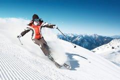 Sciatore in montagna del hight Immagini Stock