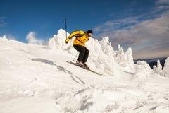Sciatore in montagne Immagini Stock