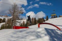 Sciatore nell'azione: Ski Jumping nella montagna Snowpark Fotografie Stock Libere da Diritti