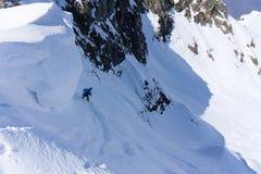 Sciatore in polvere profonda, freeride estremo Fotografia Stock