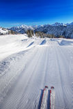 Sciatore pronto a andare sciare sulla cima della stazione sciistica di Fellhorn, Germania Fotografia Stock
