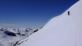 Sciatore remoto che scala un'alta montagna alpina nel massiccio di Silvretta Fotografia Stock Libera da Diritti