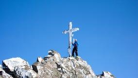 Sciatore remoto maschio all'incrocio della sommità di alto picco alpino un bello giorno di inverno Fotografia Stock Libera da Diritti