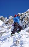 Sciatore remoto maschio che fa un'escursione ad un'alta sommità alpina in Svizzera lungo una cresta della neve e della roccia Fotografie Stock Libere da Diritti