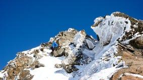 Sciatore remoto maschio che fa un'escursione ad un'alta sommità alpina in Svizzera lungo una cresta della neve e della roccia Fotografia Stock Libera da Diritti