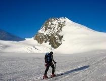 Sciatore remoto maschio sul suo modo al picco di Rimpfischhorn nelle alpi della Svizzera vicino a Zermatt Fotografie Stock