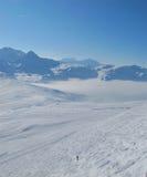 Sciatore solo sul campo del moghul in alpi Fotografie Stock Libere da Diritti
