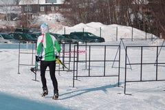 Sciatore sopra la montagna che esamina il bello paesaggio di inverno immagine stock