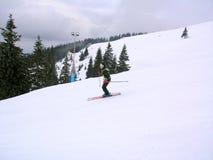 Sciatore su un pendio Immagine Stock