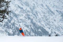 Sciatore su uno snowboard nelle montagne di Ordino in Andorra Fotografie Stock Libere da Diritti