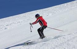 Sciatore sul pendio alle montagne Immagine Stock Libera da Diritti