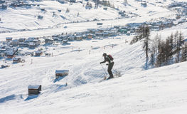 Sciatore sul pendio della stazione sciistica Livigno Fotografia Stock