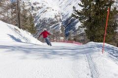 Sciatore sul pendio dello sci Immagini Stock