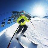 Sciatore sulla pista in alte montagne Fotografia Stock