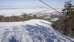Sciatori alpini alla collina vicino a Belokurikha stock footage