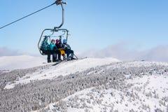 Sciatori che arrivano alla stazione dell'alta montagna sull'ascensore di sci Fotografia Stock Libera da Diritti