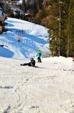 Sciatori che cadono nelle alpi svizzere Immagine Stock