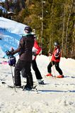 Sciatori che riposano nelle alpi svizzere Fotografia Stock