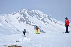 Sciatori che sciano nelle alpi Fotografie Stock Libere da Diritti
