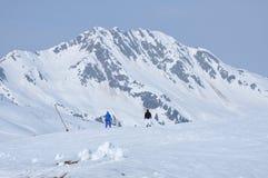 Sciatori che sciano nelle alpi Fotografia Stock Libera da Diritti