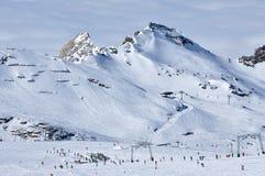Sciatori che sciano nelle alpi Immagini Stock