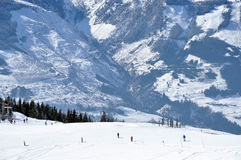 Sciatori che sciano nelle alpi Fotografia Stock