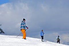 Sciatori che sciano nelle alpi Immagini Stock Libere da Diritti