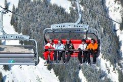 Sciatori che vanno su con un ascensore di sci Immagine Stock