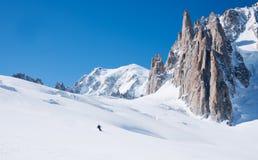 Sciatori davanti alla vista strabiliante di Mont Blanc de Tacul Fotografia Stock